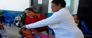Médicos cubanos trabajando en la Operación Milagro en Guatemala