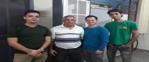 """El profesor auxiliar y coordinador del proyecto """"Ciudad Inteligente"""", José Raúl Vento Álvarez, con algunos de los integrantes del grupo / Foto de Yusimy García"""