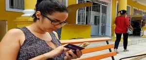 Mujer usando Transfermóvil