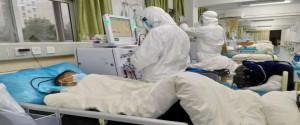 Médicos atendiemdo a pacientes