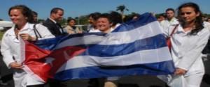 Médicos cubanos con bandera cubana