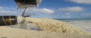 Vertimiento de arena en el sector de playa Las Coloradas, en Jardines del Rey, una de las acciones contra el cambio climático comprendida en la Tarea Vida. Foto: del autor