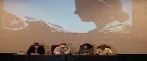 Exhibición de los libros  en presencia de la Dra. Miriam Nicado García, Rectora de la UH y el Dr.  José Moya Medina, representante de la OPS/OMS en Cuba. Foto: Mario Calit