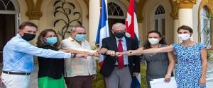 Participantes en la ceremonia realizada en en la residencia del Embajador de Francia en Cuba. Foto: Abel Padrón Padilla/ Cubadebate