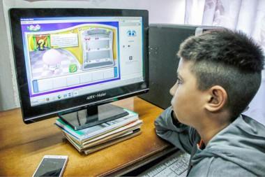 Niño mirando una computadora