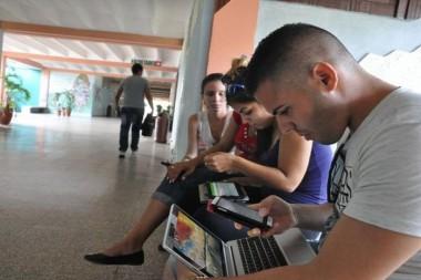 Estudiantes conectado a Internet a través de la WIFI