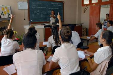 Maestra impartiendo clases en un aula