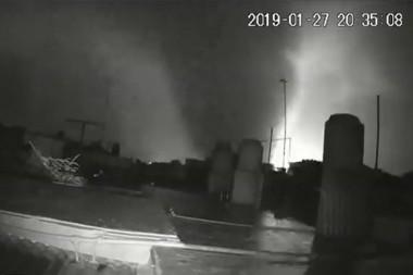 Tornado captado por una cámara de seguridad en La Habana el 27 de enero de 2019. Imagen extraída de un video publicado por Yamilis Gimeno/Facebook.