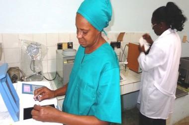 Especialistas trabajando en un laboratorio
