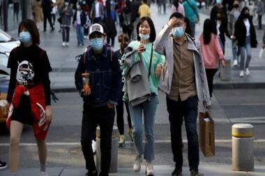 Personas caminando por una calle en China