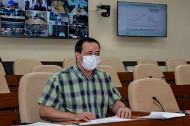 Doctor José Ángel Portal Miranda, ministro de Salud Pública de Cuba, durante la reunión del grupo temporal de trabajo para la prevención y control de la Covid-19 en la mayor de las Antillas. Foto: Estudios Revolución.