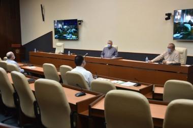 Miguel Díaz-Canel Bermúdez y Manuel Marrero Cruz, con el grupo temporal de trabajo para la prevención y el control del nuevo coronavirus