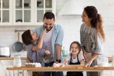 Una familia en casa durante la cuarentena