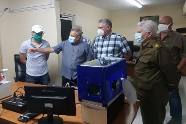 Díaz-Canel conoce avances tecnológicos frente a la Covid-19. Foto/Estudios Revolución