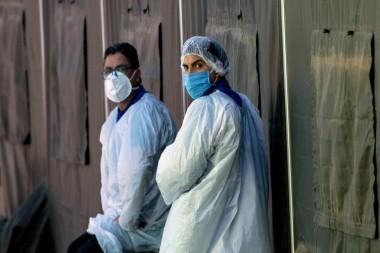 Trabajador de la salud con un equipo de protección en un descanso frente a un hospital, en Santiago, el 18 de mayo de 2020. Martin Bernetti / AFP