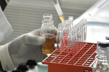 Especialista trabajando en un laboratorio