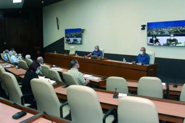 El Presidente Miguel Díaz-Canel Bermúdez exhortó a los directores de los centros laborales a ser flexibles y a escalonar los horarios de llegada, porque todos no podrán estar a la misma hora. Foto: Estudios Revolución