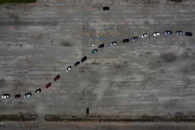 Las personas hacen fila en sus autos para hacerse la prueba PCR en Texas. Foto: Adrees Latif/Reuters