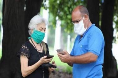Personas accediendo a Internet desde el móvil