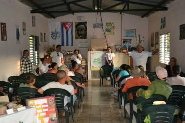 Miembros del proyecto FRE local en intercambio con pobladores de comunidades aisladas. Foto: Cortesía del proyecto.