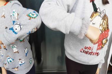 Dos niños se saludan con el codo como medida por el coronavirus.Foto: 20minutos.