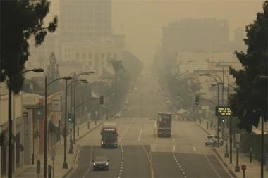Humo en la Ciudad de Pasadena, California, Estados Unidos