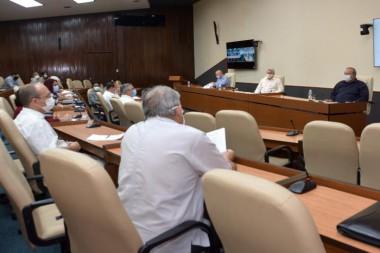 Cuando uno ve tantos resultados concentrados, siente orgullo de la ciencia cubana, afirmó el Presidente cubano. Foto: Estudios Revolución