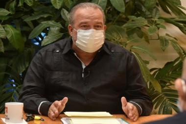 El primer ministro, Manuel Marrero Cruz, dijo que el uso del nasobuco será obligatorio en lugares cerrados. «No hay que ver esto como algo impuesto, sino como una cuestión útil y con valor». Foto: Estudios Revolución