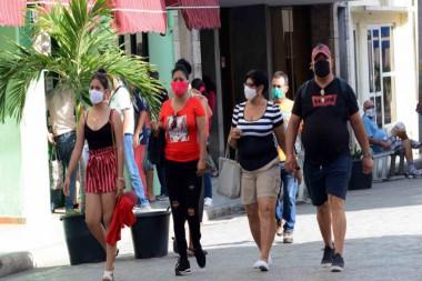 Personas caminando por la calle con nasobucos