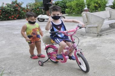 Niños con nasobucos jugando en la calle