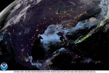 Imagen similar a la anterior, a las 22:05 horas, en la que se muestra a la derecha de la pequeña saeta de color rojo, el flashazo de la explosión, captada por el GLM del satélite GOES – 16 de la NOAA, USA.
