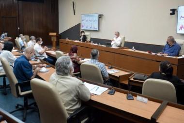 El Primer Secretario del Partido Miguel Díaz-Canel Bermúdez indicó continuar los esfuerzos para generar nuevas publicaciones científicas, más allá de lo relacionado con la pandemia y hacia el futuro. Foto: Estudios Revolución