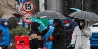 Personas en la calle protegiéndose del coronavirus
