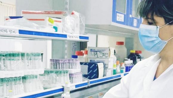 Científica cubana en un laboratorio