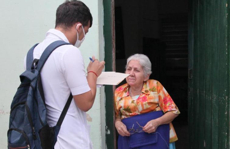 Estudiantes de la FEU se insertan a las pesquisas activas en predios espirituanos para identificar síntomas gripales en la población. (Foto: Oscar Alfonso / Escambray)