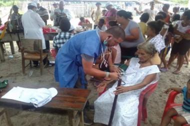 Médico cubano atendiendo a una paciente
