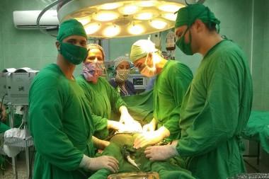 Cirujanos en un salón de operaciones