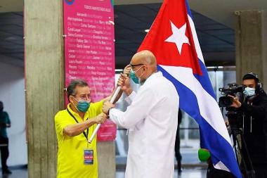 Julio César García Rodríguez entrega el estandarte al doctor Luis Arley González Sánchez. Foto: PL